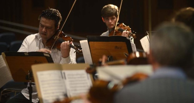 String ensemble of Chamber Orchestra of Curitiba. Photo: Gilson Camargo.