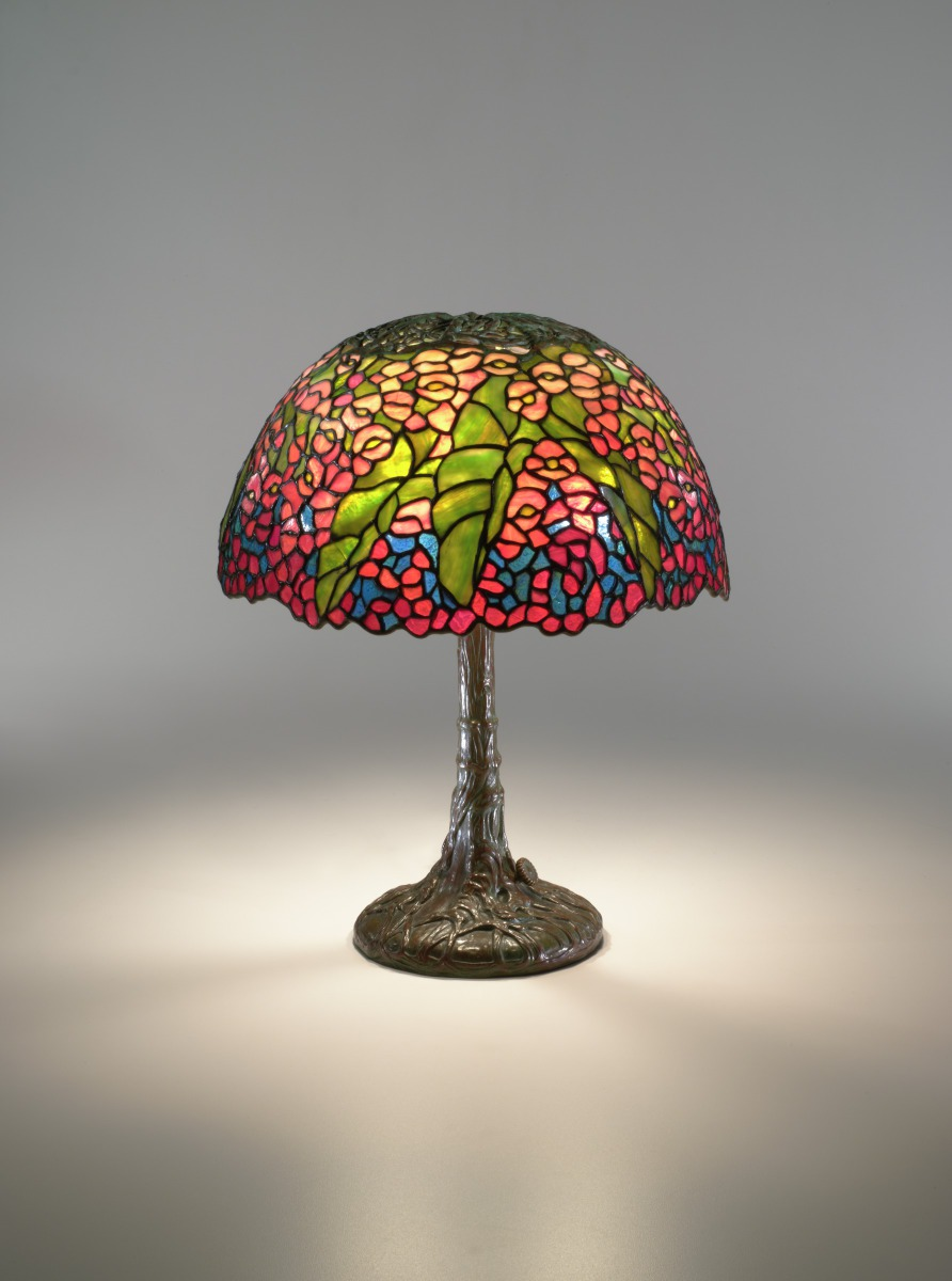 Fig. 2 – Luminária de mesa Begônia, Louis Comfort Tiffany, 1900, cristal e bronze, 41,9 x 33 cm. Virginia Museum of Fine Arts, Richmond. Presente de Sydney e Frances Lewis. Photo: Katherine Wetzel. © Virginia Museum of Fine Arts.