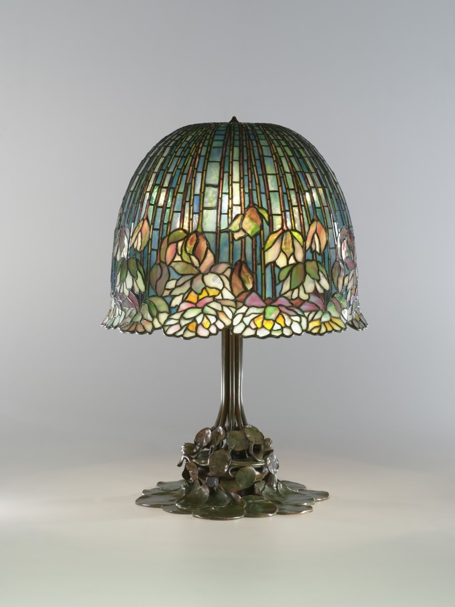 Figue. 1 - lampe de table de nénuphar, Louis Comfort Tiffany, 1904, cristal et laiton, 67,31 x 48,26 cm. Virginia Musée des Beaux-Arts, Richmond. Presente de Sydney e Frances Lewis. Photo: Katherine Wetzel. © Musée des Beaux-Arts de Virginie.