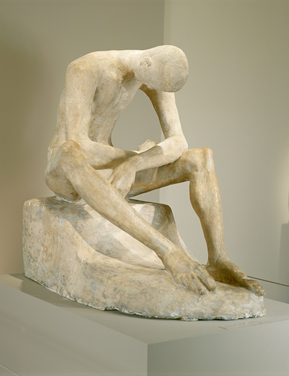 Fig. 2 – Jovem Sentado, Wilhelm Lehmbruck, 1917, composto de gesso colorido, 103.2 x 76.2 x 115.5 cm. National Gallery of Art, Washington. Fundo Andrew W. Mellon.