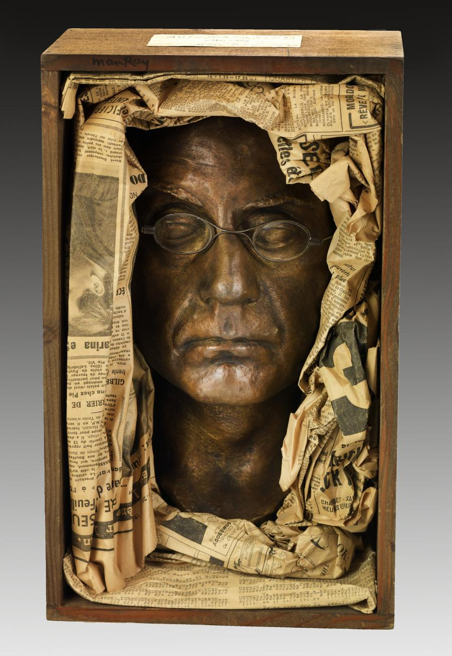 Figue. 7 - Man Ray, Self-Portrait, 1933, technique mixte: Bronze, verre, Bois et papier, 5.6 x 21.1 x 13.7 cm, Smithsonian American Art Museum, Présent Juliet Man Ray, 1983.105.2 .