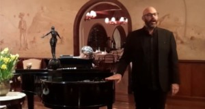 Rodolfo Giugliani singing in the Fireplace Room of Hotel Toriba. At the piano, Antonio Luiz Barker. Photo: Disclosure.